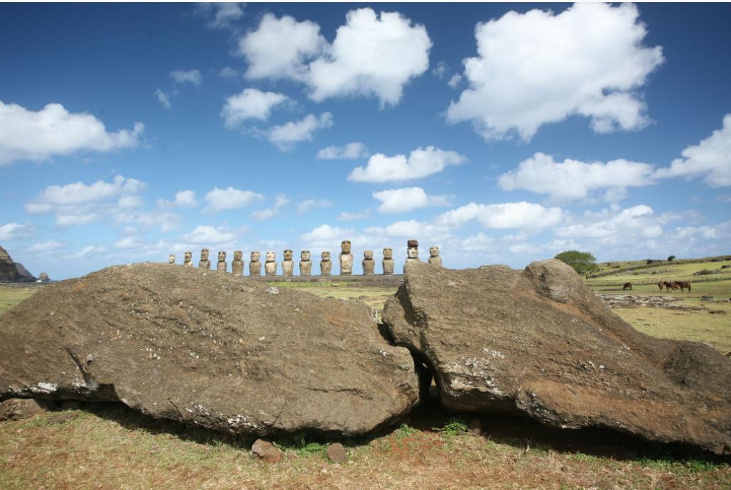 A l'arrière-plan, l'ahu Tongariki. Au premier plan un moai brisé pendant son transport vers un ahu proche de celui du Tongariki.