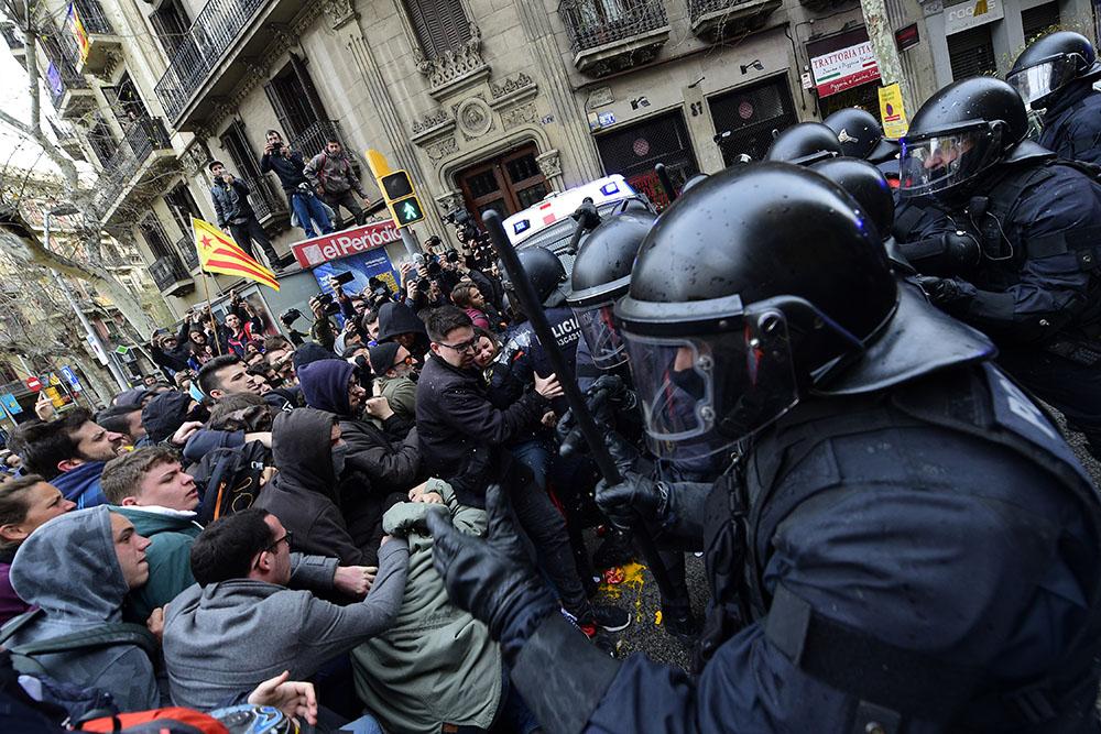 L'arrestation surprise de Puigdemont a conduit dimanche des milliers d'indépendantistes dans la rue.