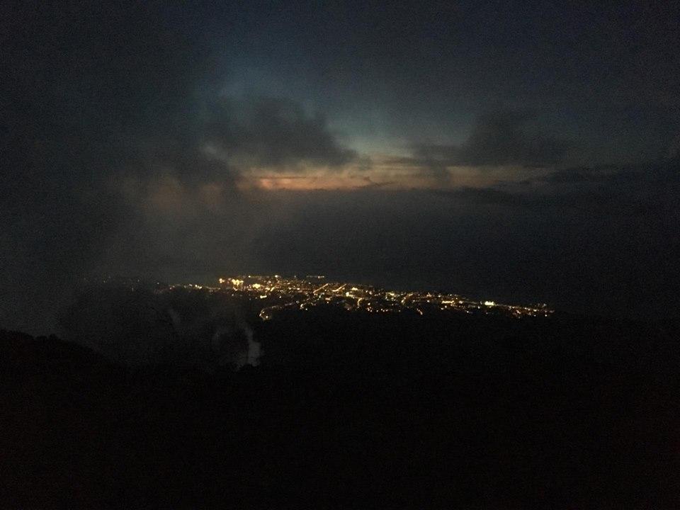 L'île de Tahiti vue depuis le Mont Aorai samedi soir.   Crédit Facebook Earth Hour Tahiti.