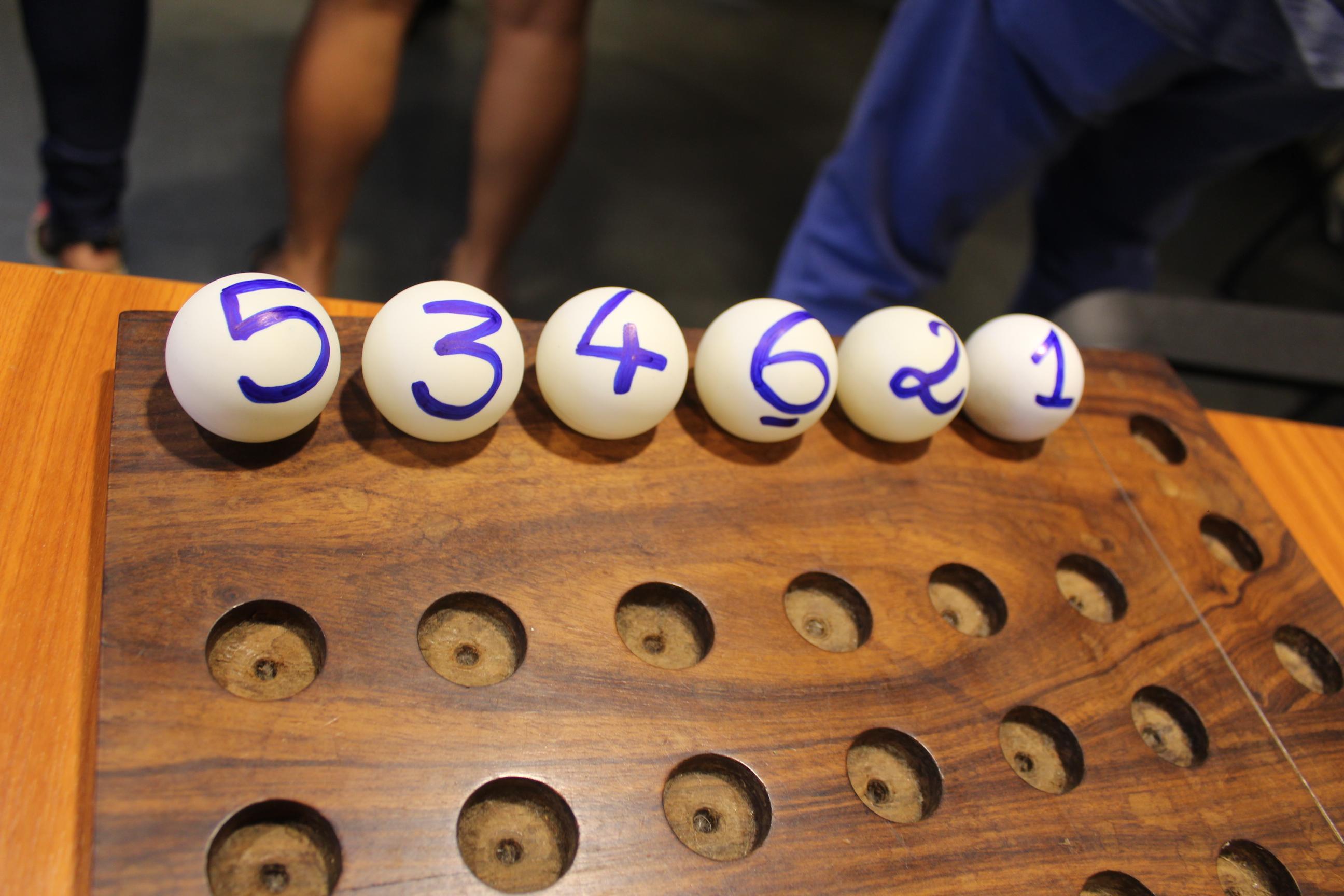 Les six boules numérotées représentent les six listes déposées au Haut-commissariat lundi.