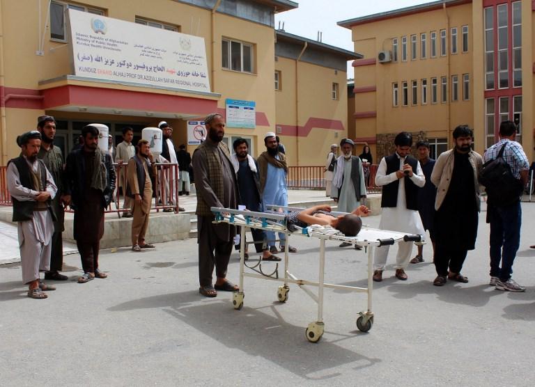 """Des rescapés dénoncent une """"boucherie"""" après une """"bavure"""" de l'aviation afghane"""