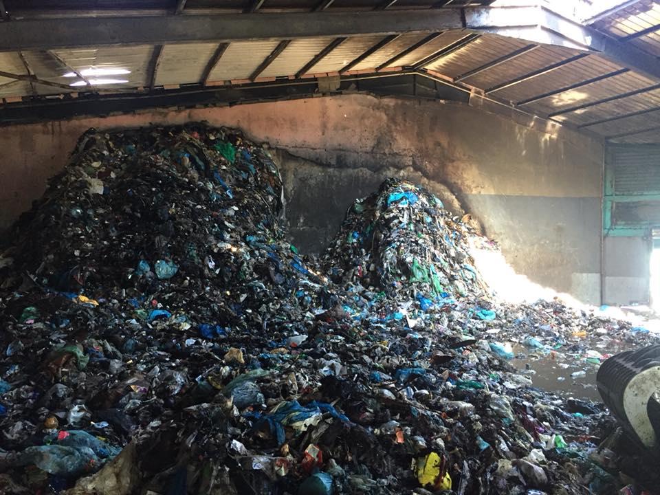 Un incendie s'est déclaré samedi 7 avril vers 2h30 du matin, au CRT de Motu Uta de Papeete, dans les ordures ménagères (bacs gris). Crédit Fenua Ma.
