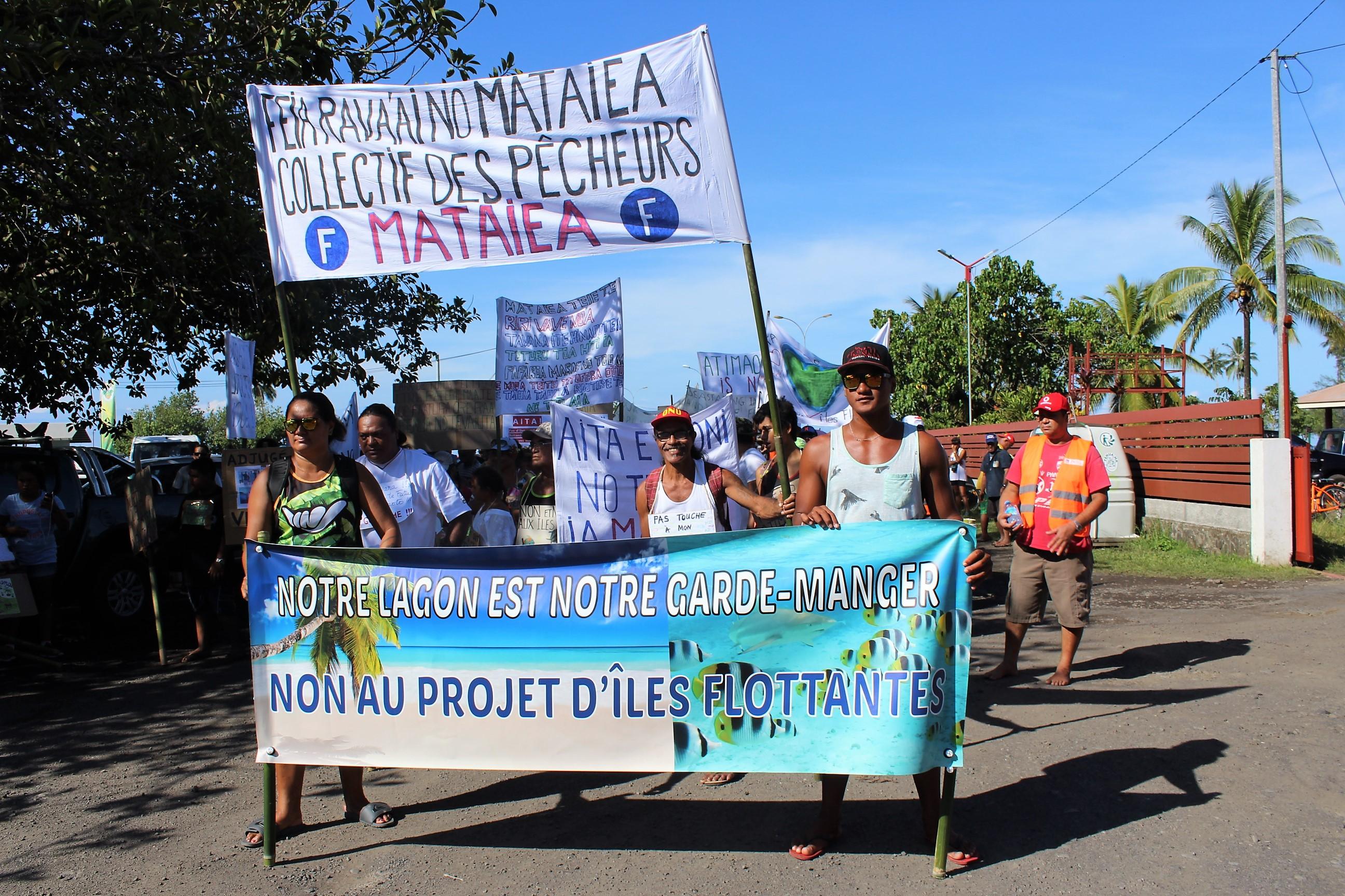 """Environ 200 personnes étaient présentes samedi matin à la marche lancée par collectif """"des pêcheurs de Mataiea."""