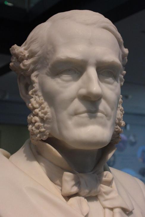 Ce marbre donne une idée de la force de caractère de Goodenough, par ailleurs un humaniste très engagé, qui était toujours en première ligne avec ses hommes.