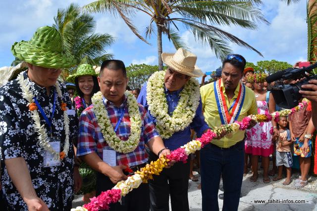 coupé de ruban avec Cheng Wang, le Pd-g de Tahiti Nui Ocean Foods, Edouard Fritch le président du Pays et Théodore Tuahine, le tavana de Hao
