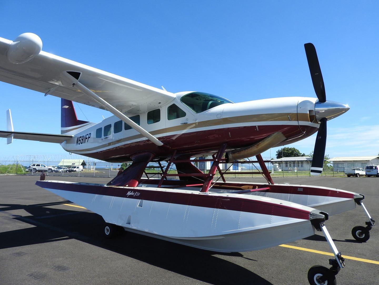 Le premier hydravion de la compagnie est de type Cessna 208 Caravan Amphibie et peut transporter jusqu'à huit passagers.