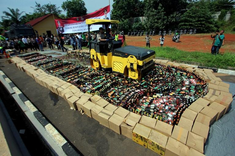 Indonésie: la police détruit des milliers de bouteilles d'alcool de contrebande