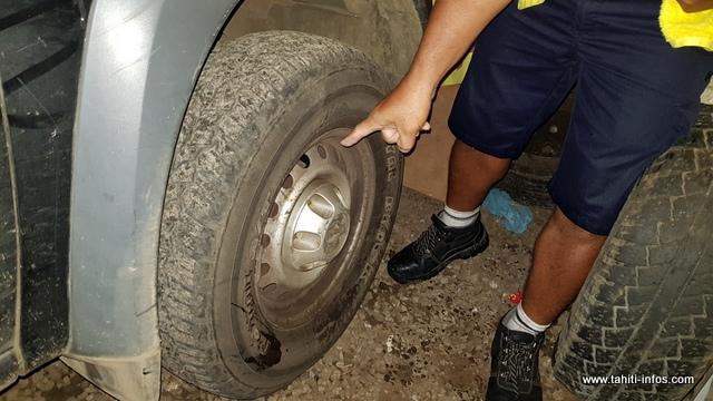 Plusieurs véhicules ont été dégradés avec les nombreux nids de poule sur la route.