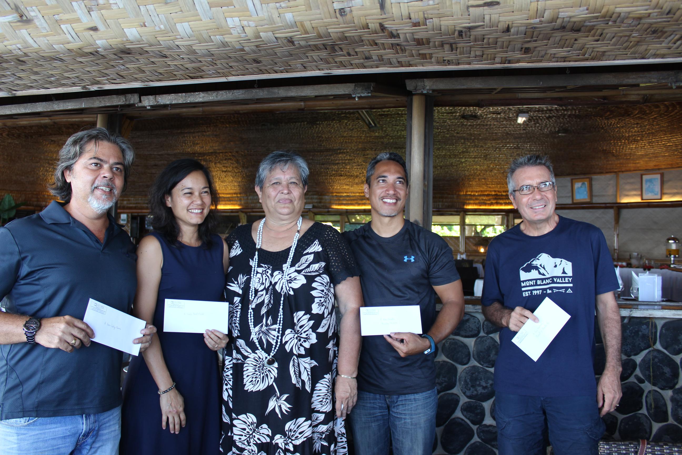 Mélinda Bodin, entourée de quelques-uns des exposants ayant participé au Salon de Tahiti.