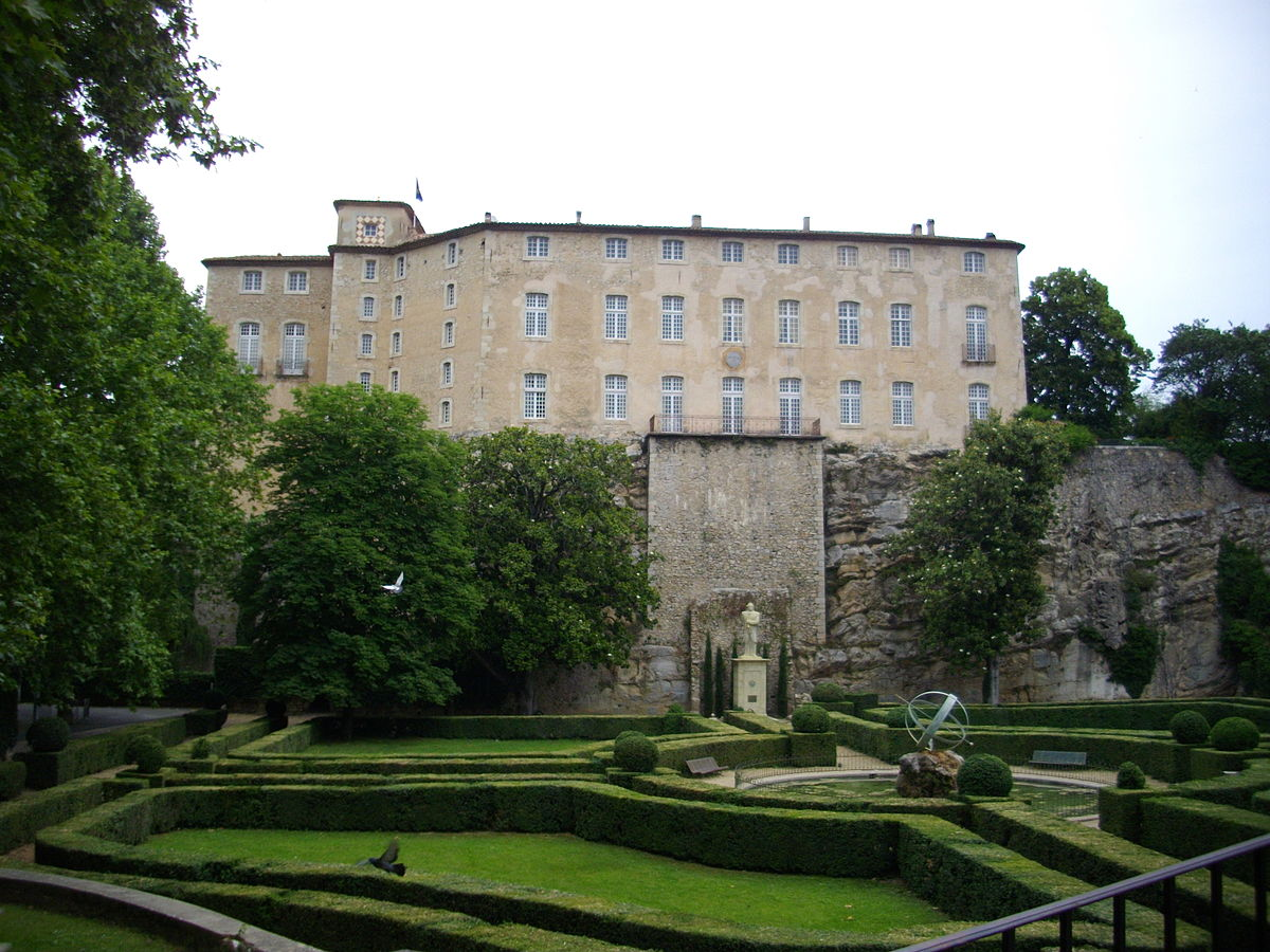 Antoine Reymond Joseph de Bruni d'Entrecasteaux était d'une famille noble du Var, dont le château massif existe toujours.