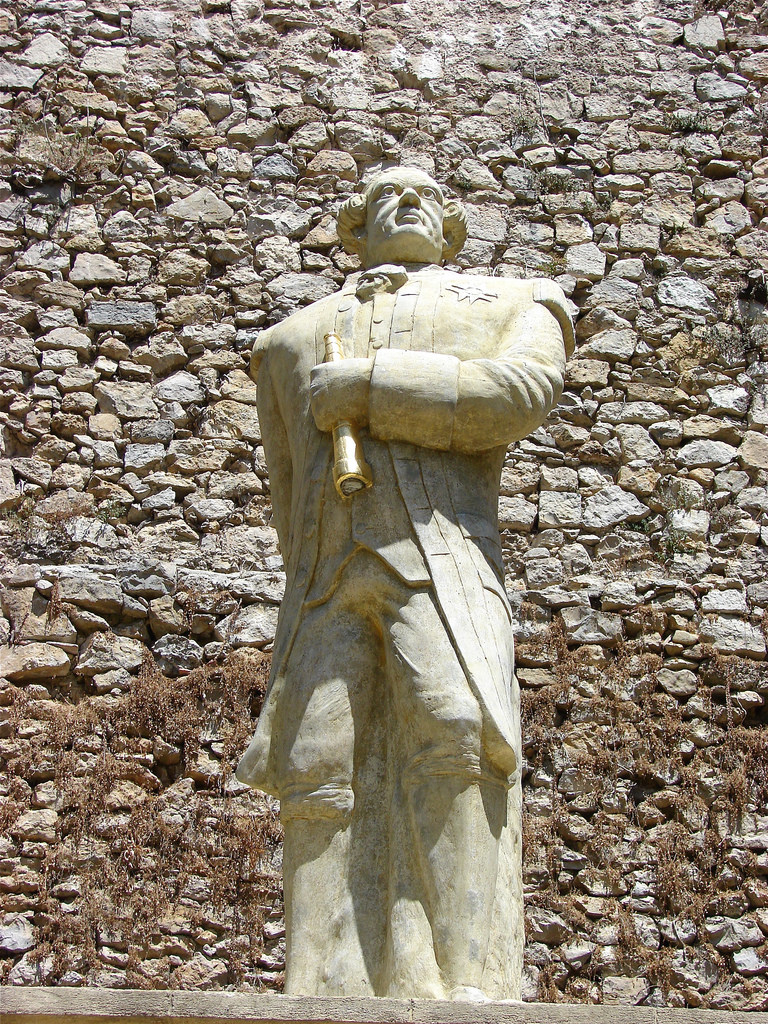 3 Dans la cour du château d'Entrecasteaux (sur la commune portant le même nom, au sud du parc du Verdon), a été érigée une statue de l'infortuné explorateur français.