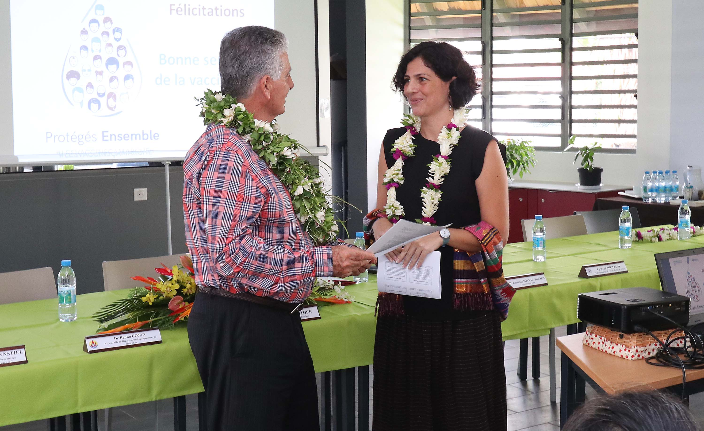Le Dr Roberta Pastore, a remis hier au ministre de la Santé de la Polynésie française, Jacques Raynal, un certificat officialisant l'élimination de l'hépatite B en Polynésie chez les enfants. Crédit présidence de la Polynésie française.