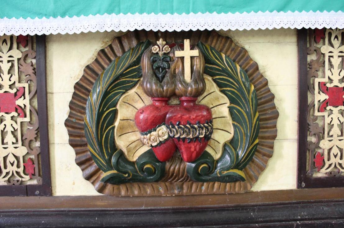 Le symbole des « Picpus », qui évangélisèrent les Gambier, les sacrés cœurs de Jésus et de Marie.