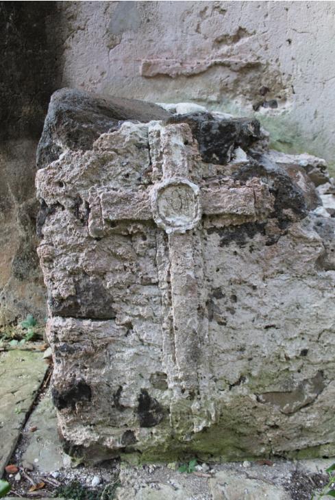 La pierre taillée dans des blocs de corail, semble elle aussi avoir été convertie, comme le montre cette croix à l'intérieur du couvent du Rouru.