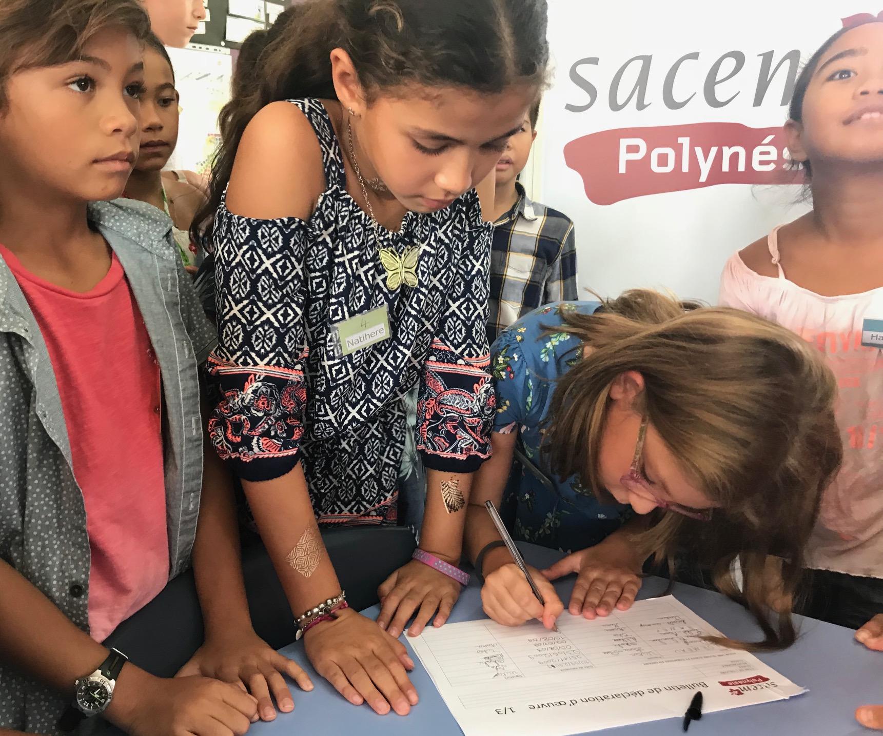 Les élèves enregistrent leurs droits d'auteur devant les membres de la SACEM présents à la conférence de presse.