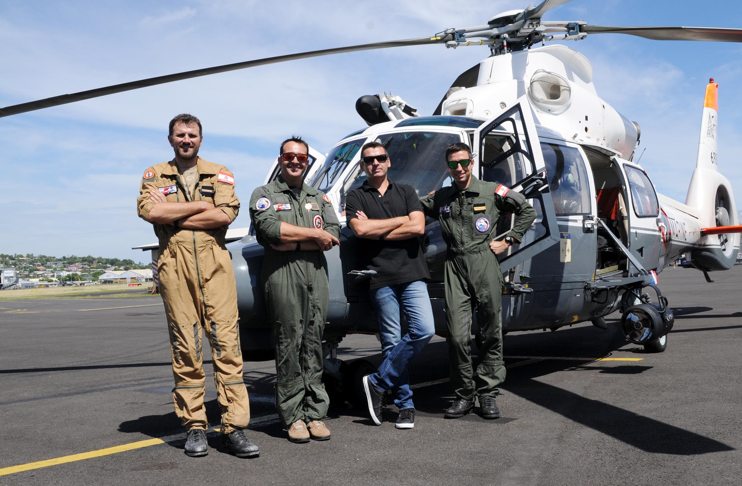 De g. à d. : Franck David, plongeur-sauveteur de la 35F ; Mickaël Joly, commandant du détachement 35F ; Stéphane Chantre, gérant de C3P ; Thomas Denis, copilote de la 35F. (© C.Flipo).