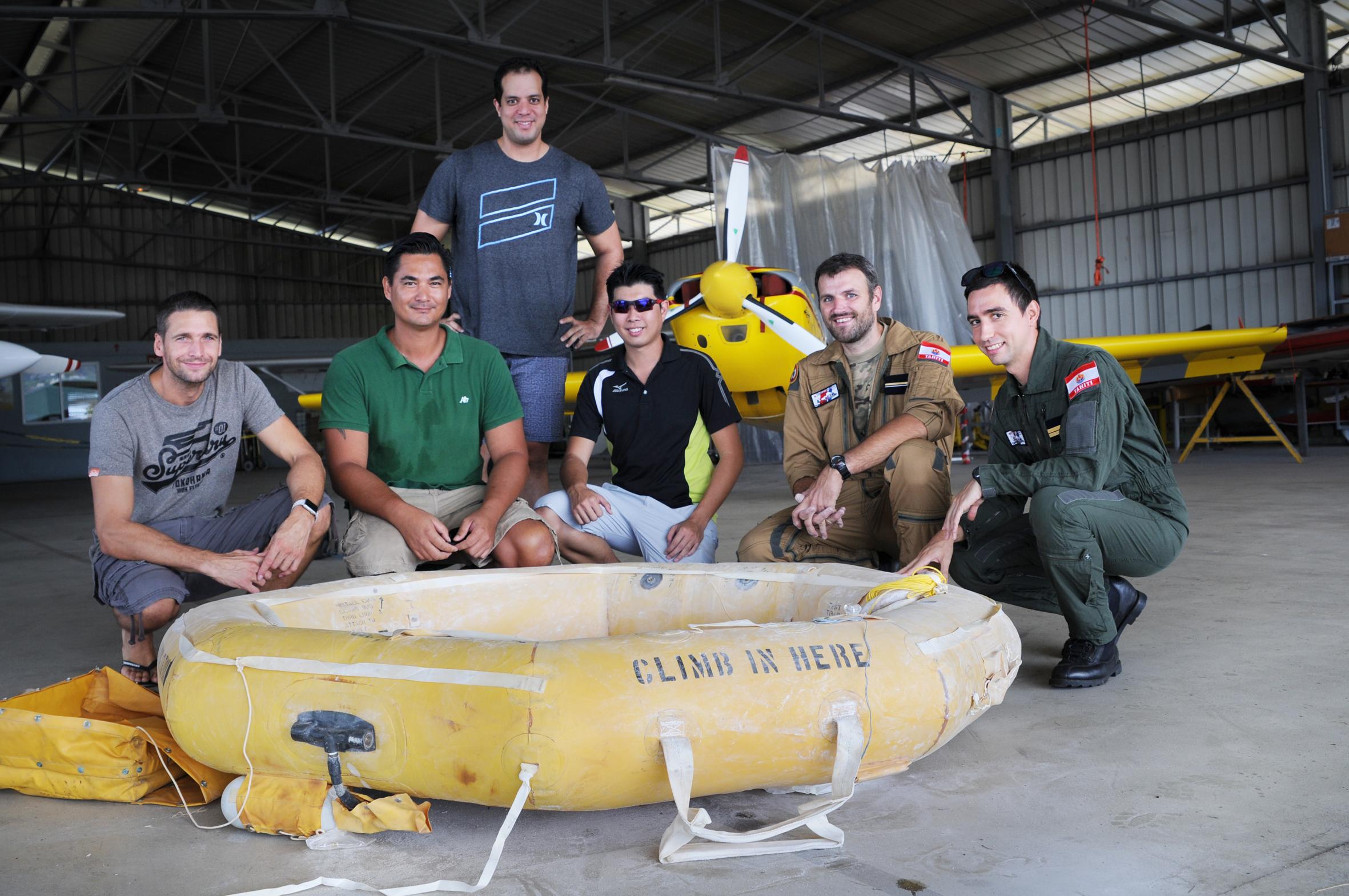 Les élèves pilotes de C3P devant le canot de sauvetage qu'ils viennent de gonfler dans le hangar de C3P. Cette session est animée par Franck David, plongeur-sauveteur de la 35F. (© C.Flipo).