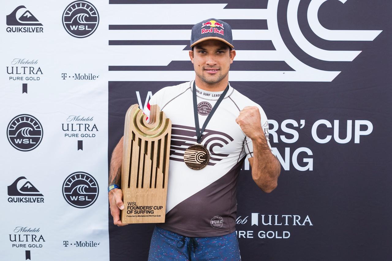 Michel Bourez a gagné avec son team World © Kelly Cestari WSL