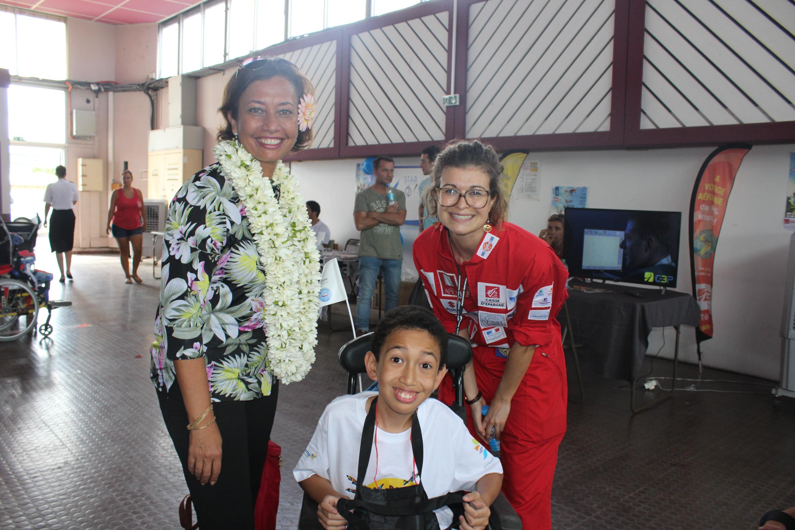 La députée Nicole Sanquer en compagnie de la présidente de l'association Les Tamari'i du ciel Carole Herraïz et Tamahere.