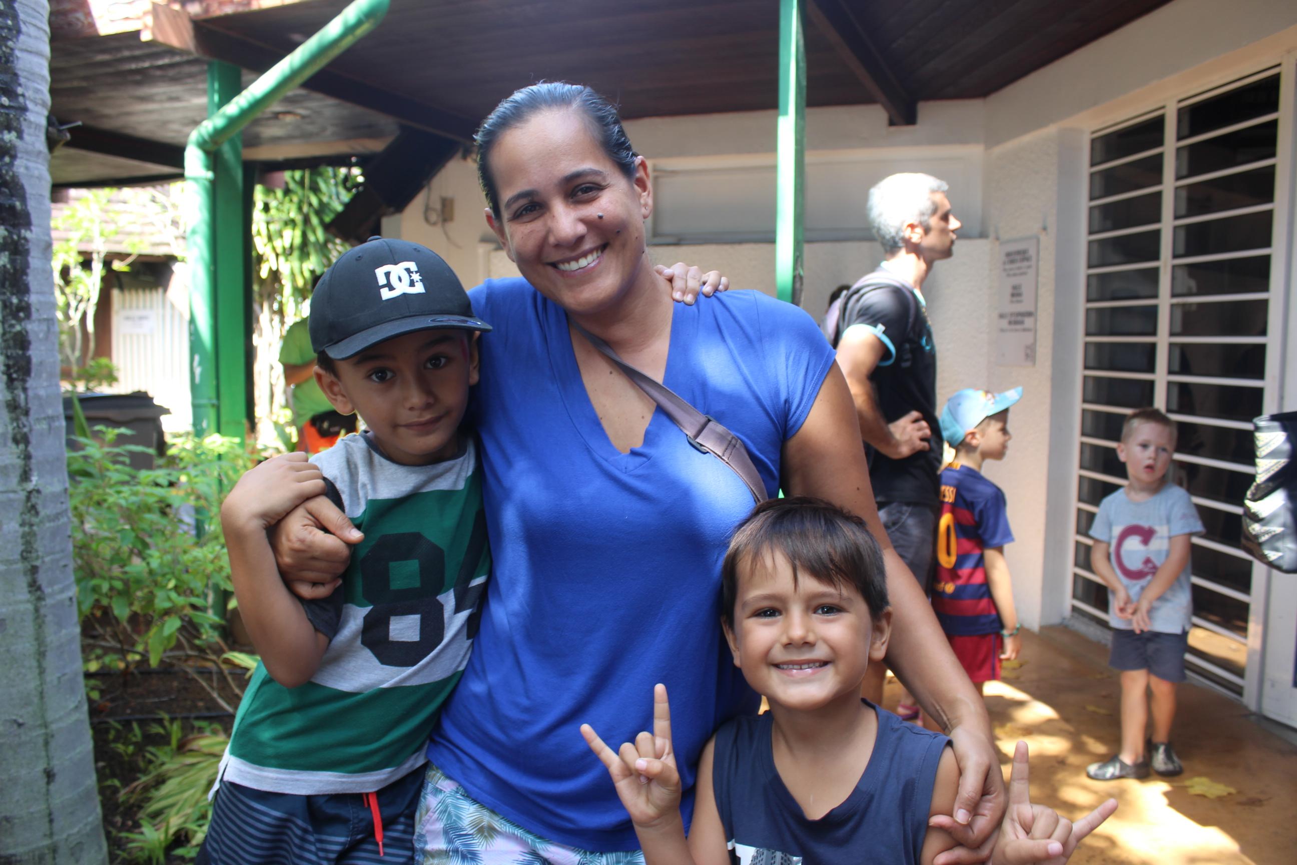 Timiri et ses deux petits neveux Herearii et Matahi.