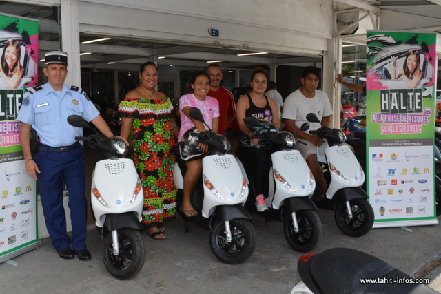 """Les gagnants de l'opération """"Halte à la prise de risques"""" ont reçu vendredi leurs scooters et leurs casques."""