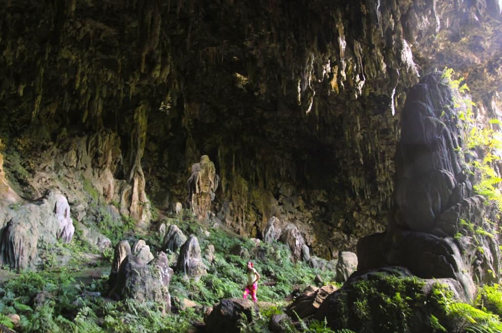 Avec un personnage qui donne l'échelle, ce cliché permet de visualiser la grandeur de la grotte A'Eo, devenue petit à petit, depuis 1990, la « grotte Mitterrand ».
