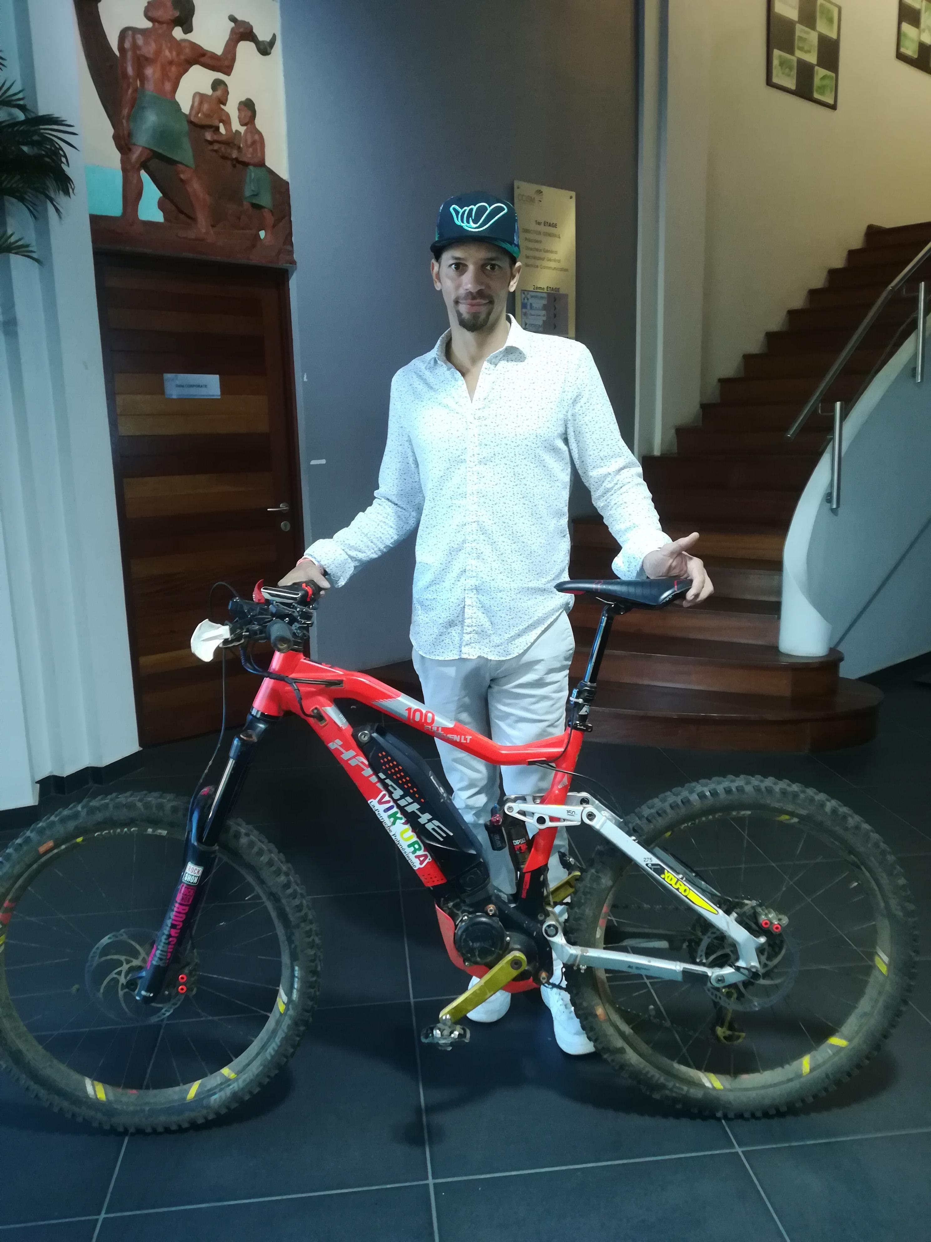Medhi, de la société Haibike, propose de s'initier aux vélos électriques.