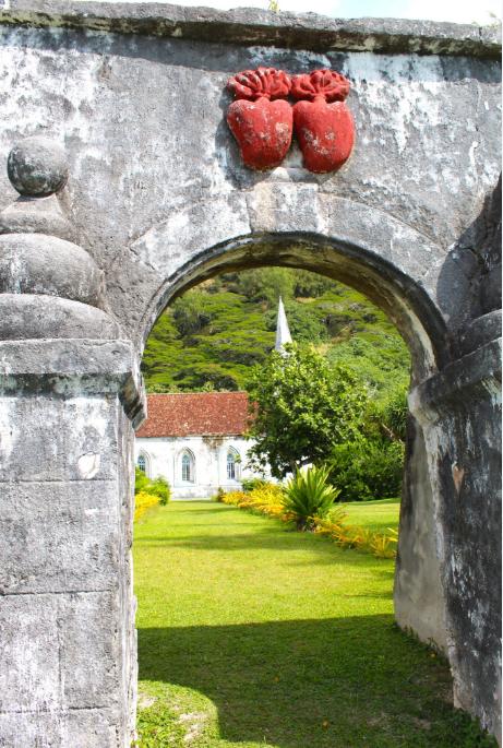 La porte devant le quai de Agakono, à Taravai, donnant accès à l'église St Gabriel. Elle est ornée des cœurs de Jésus et de Marie, emblème des Picpus.
