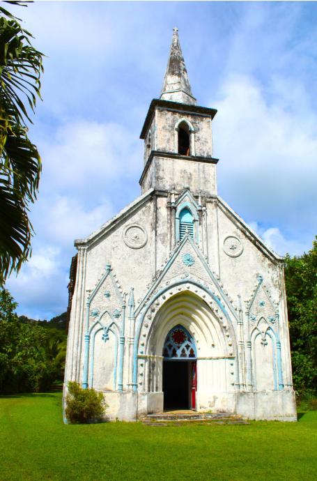 La superbe église gothique de Taravai ; recouverts de chaux, de gros coquillages « sept doigts » ornent la partie supérieure du portail d'entrée.