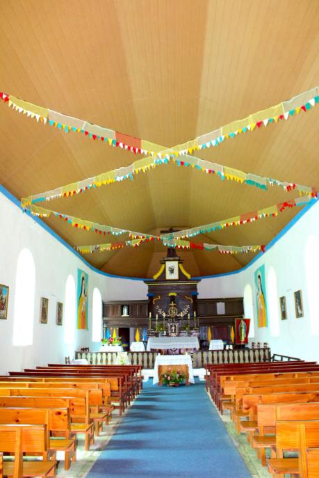 L'intérieur de Notre-Dame de Paix, à Akamaru, est impeccable, des offices religieux y ayant lieu régulièrement.