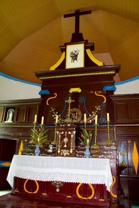 Le maître autel de Notre-Dame de Paix, sobre mais élégant.