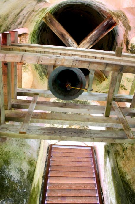 Par un petit escalier, on peut accéder à la cloche de Notre-Dame de paix qui sert à appeler les fidèles.