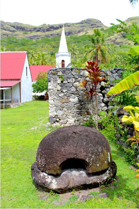 Le four à pain du père Laval, sa modeste maison (à gauche) et un des clochers de Notre-Dame de Paix.