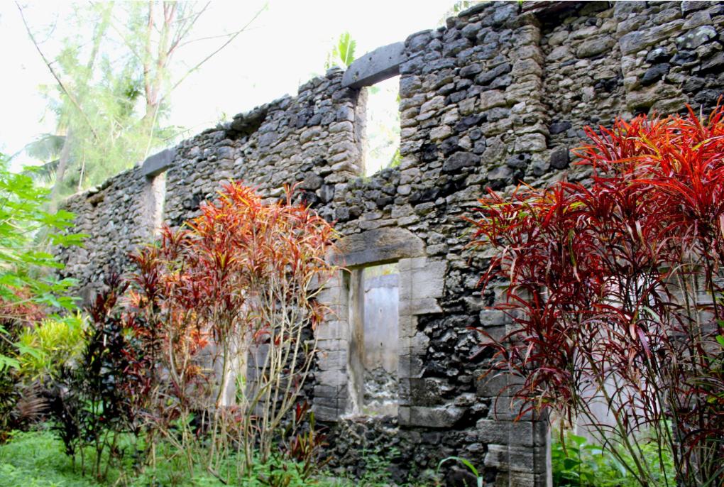 Les ruines du séminaire de Aukena que la végétation envahit.