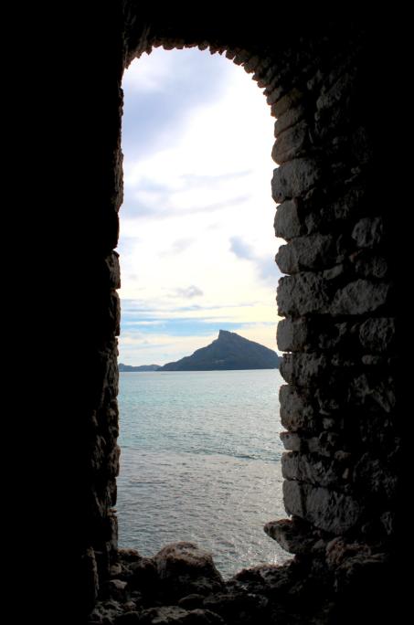 Le mont Duff (441m), dans le lointain, vu depuis la tour de guet de Aukena.