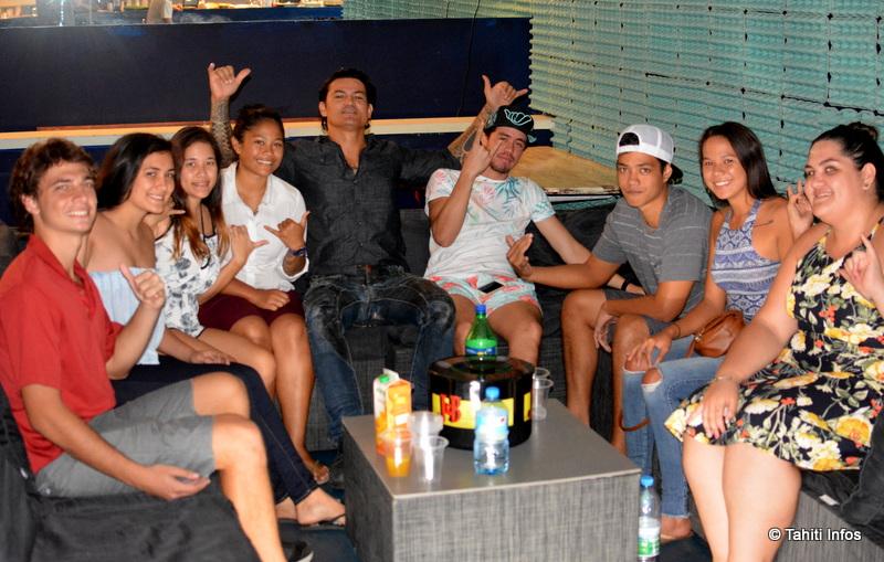 Les jeunes élèves de la Prépa HEC de Papara qui organisent cette grande soirée étudiante, entourés des DJ Crose et Nasty ainsi que du gérant du Helios, le rockeur Aroma Salmon.