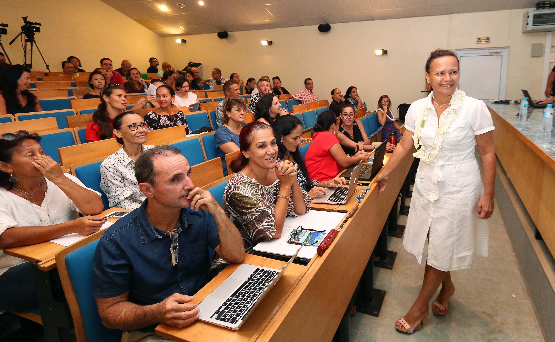 La toute nouvelle ministre de l'Education, Christelle Lehartel, était venue pour l'occasion marquer son intérêt à la problématique environnementale. Crédit Présidence de la Polynésie française.
