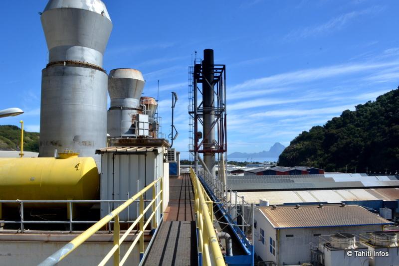 Les cheminées de la centrale Emile Martin dominent la zone industrielle de la Punaruu comme des clochers de cathédrales industrielles...