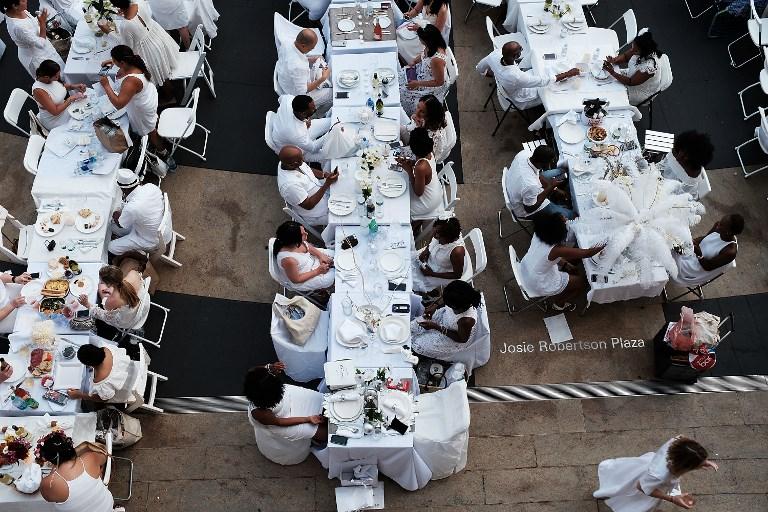 Les Dîners en blanc, pique-niques géants «bon chic-bon genre», ont 30 ans