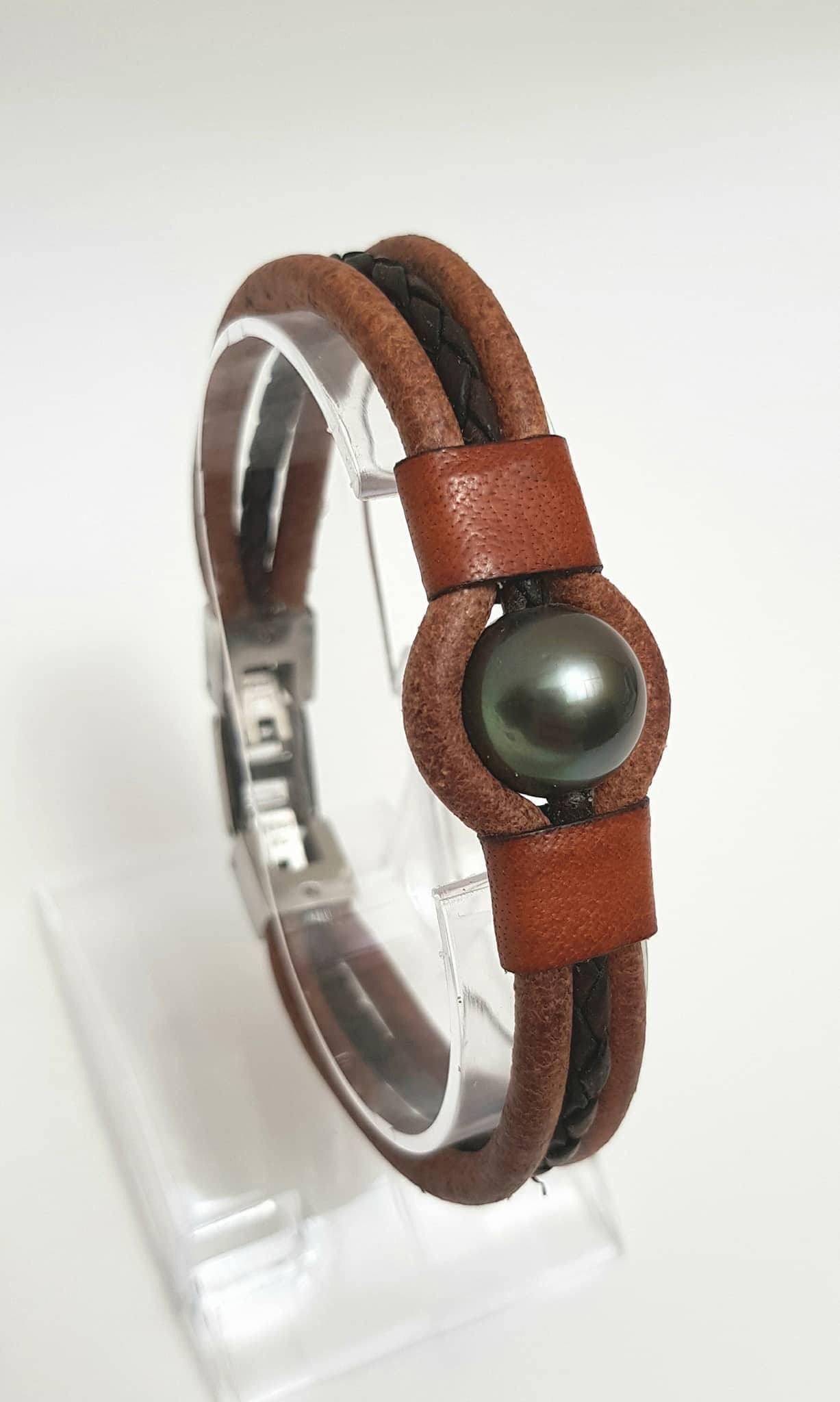 Le fenua de bronze a été décerné à Moana Murat de Fluid in Tahiti pour son bracelet pour homme en cuir avec une perle de nacre.