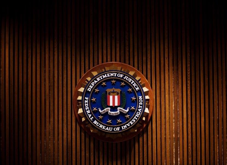 En faisant un flip dans un bar, un agent du FBI tire accidentellement sur un client