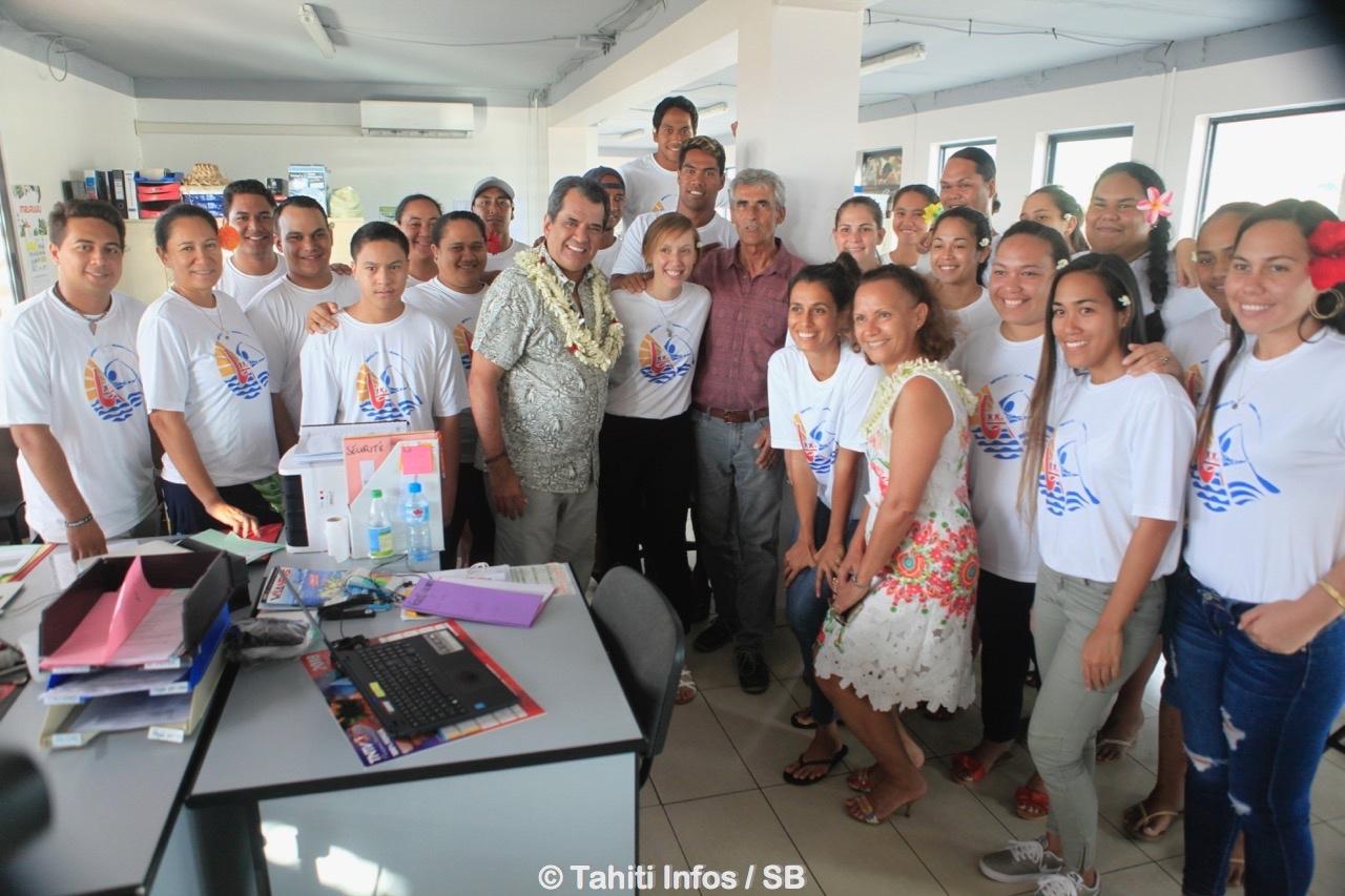 Le Président Edouard Fritch entouré des jeunes du COL