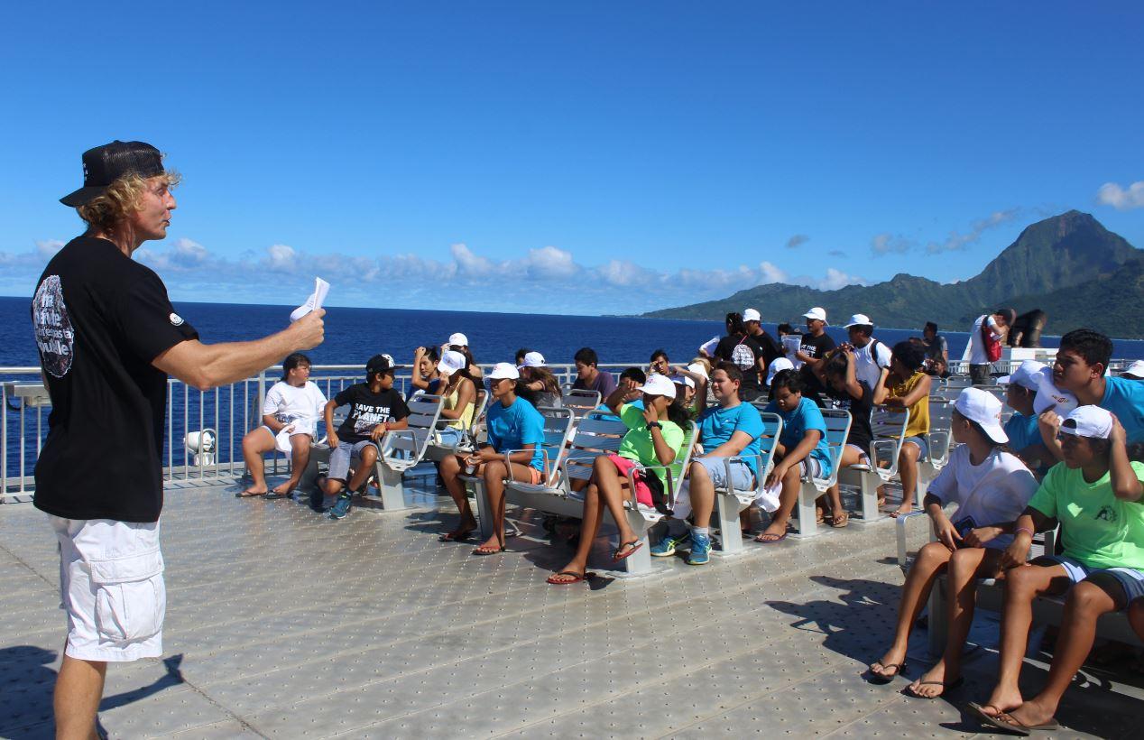 Leçon portant sur l'océan sur le pont du bateau avec vue sur l'océan..