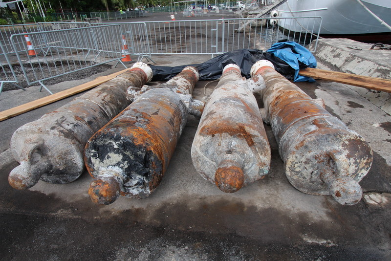 Le Port autonome est propriétaire de 14 canons. La plupart sert d'amarrage au quai d'honneur de Papeete, comme ceux sur la photo.