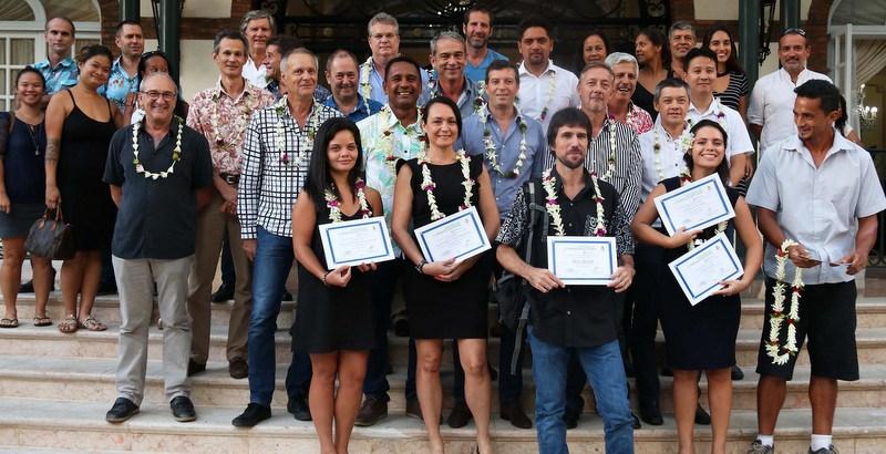 De gauche à droite au premier rang : Raihei Dudes, de Eco Cuir Tahiti, Samantha Fink de Ecofare, Alexis Buestel de Hotu Parau No Raromatai, Taharaura Buttard de La petite Cabine et représentant Leadbees, et pour finir Teanuanua Teriipaia-Rentier pour son projet Compost Tea. (photo : Présidence)