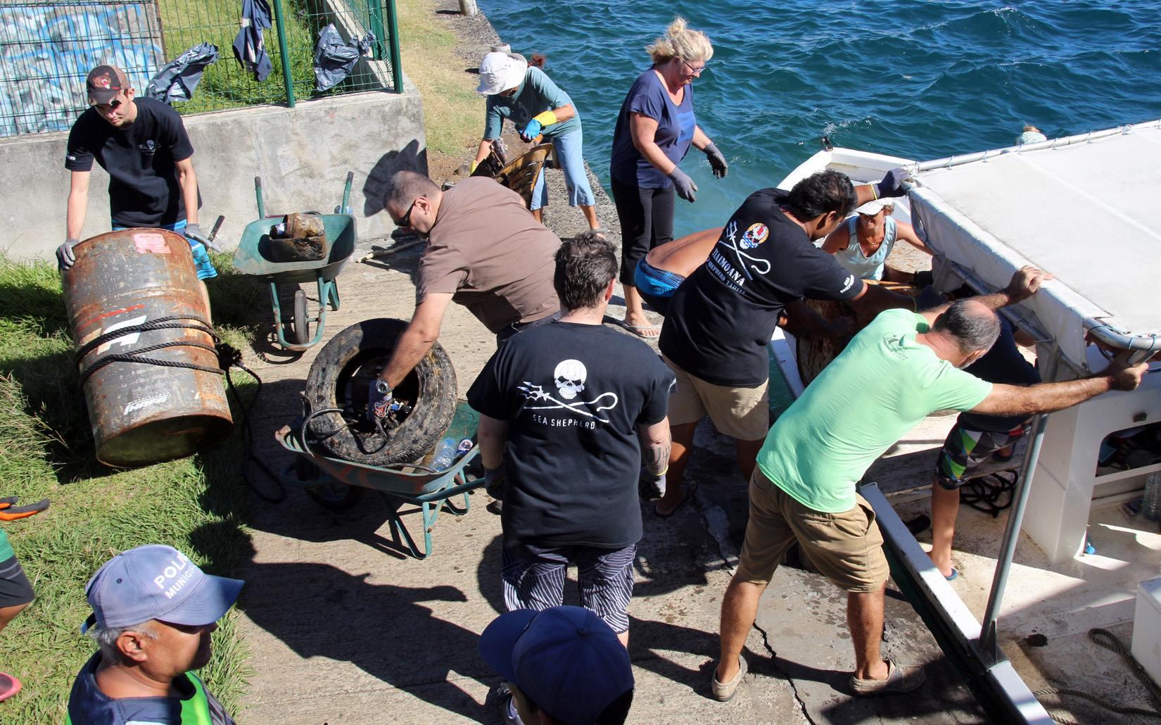Scuba Teck et Sea Shepherd étaient toujours aussi actifs avec des bénévoles du Yacht club de Tahiti et du club de plongée pour nettoyer les fonds proches de notre lagon.