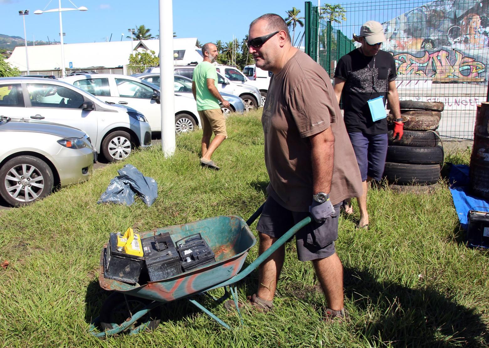 Des bénévoles ont nettoyé les alentours du parking, du pont et du skate park.