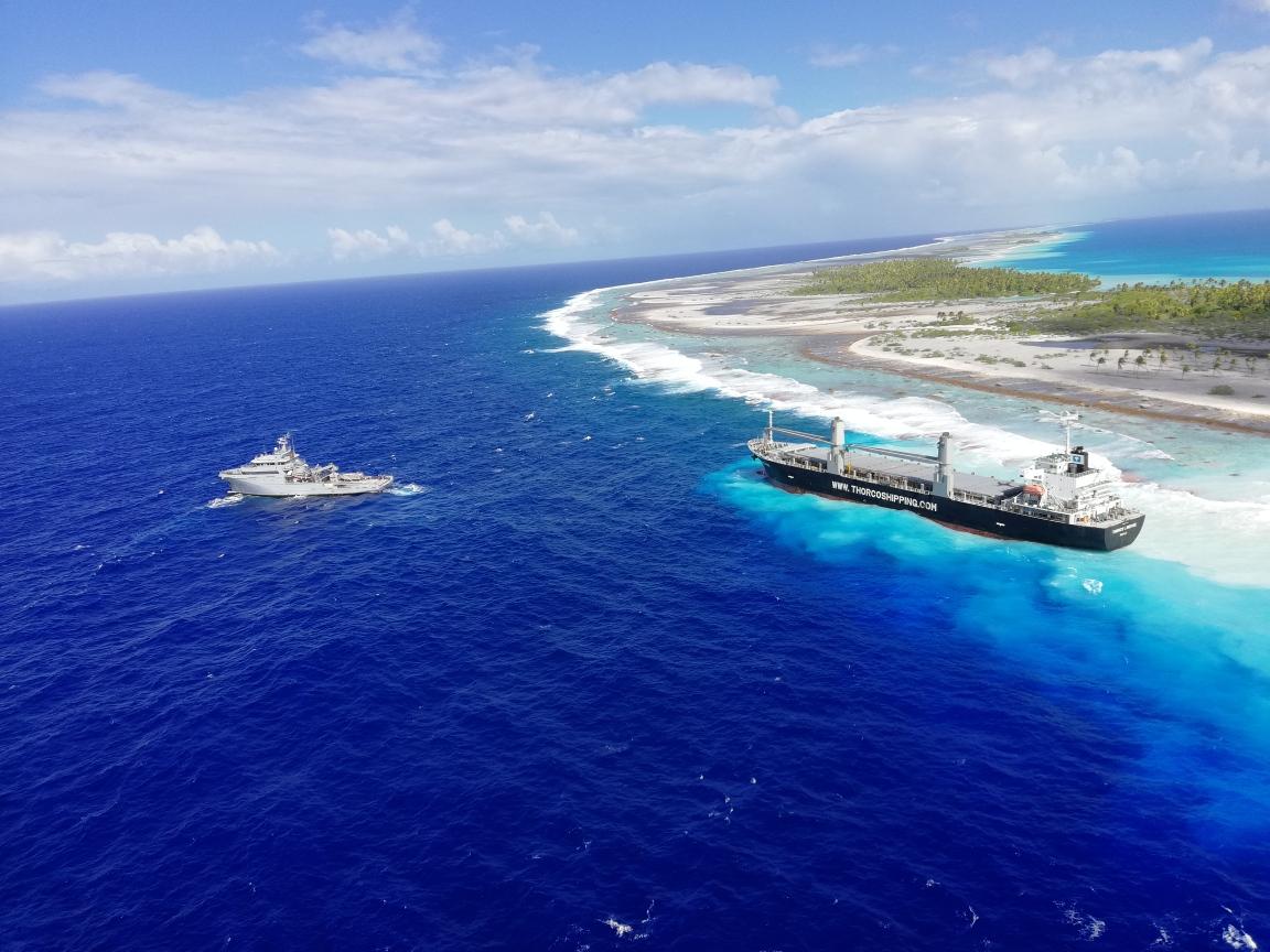 """Après avoir été déséchoué, le navire est maintenant à """"la dérive en pleine mer tout en restant proche des côtes"""", assure le haut-commissariat."""
