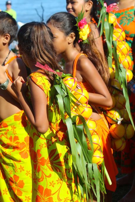 Les jeunes, filles et garçons, sont eux aussi associés à la fête.