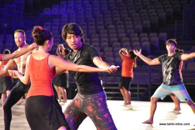 Les danseurs vont interpréter ce rapport entre la femme et l'homme, avant l'arrivée des missionnaires, et le changement de ce rapport une fois que les religieux ont évangélisé les Polynésiens.